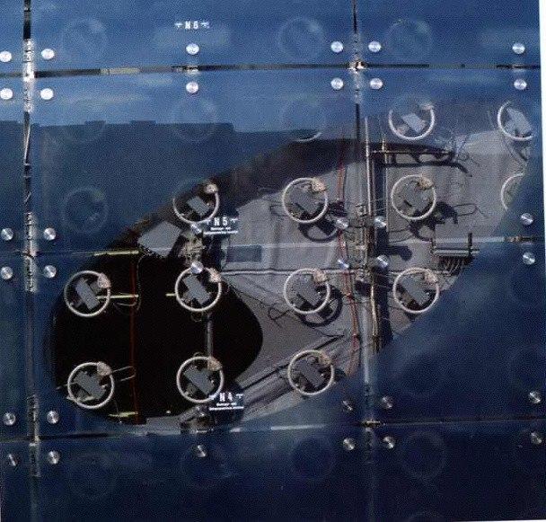 1.288 paneles de material termoplástico azul traslúcido cubren el edificio