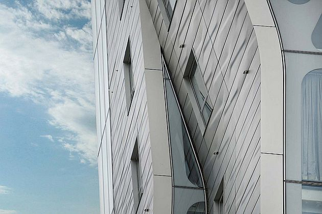 500 stainless steel panels cover the facade with visible open joints