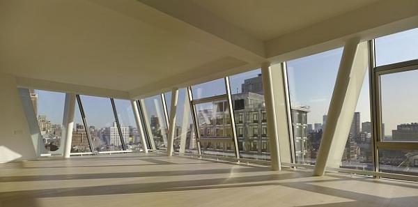 Los soportes diagonales de la estructura que se ven desde el exterior están colocadas dentro del edificio