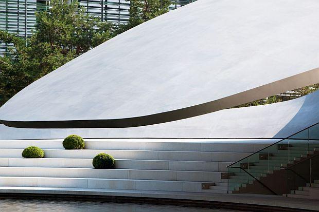 El voladizo de acero inoxidable es una estructura autosustentable.