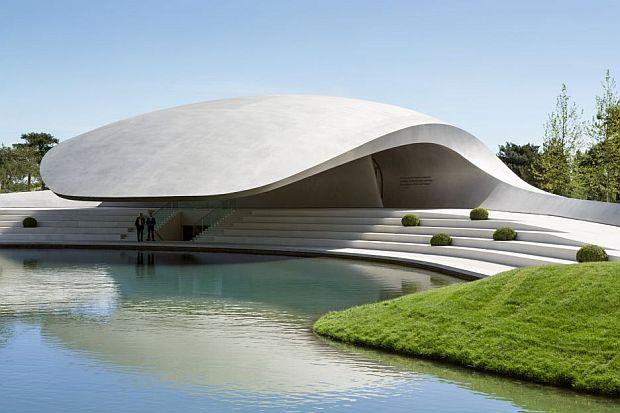 Hay gradas para sentarse junto a la orilla de la laguna, desde donde contemplar los reflejos del Pabellón sobre el agua.
