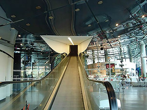Two travelators transport the visitors through the museum