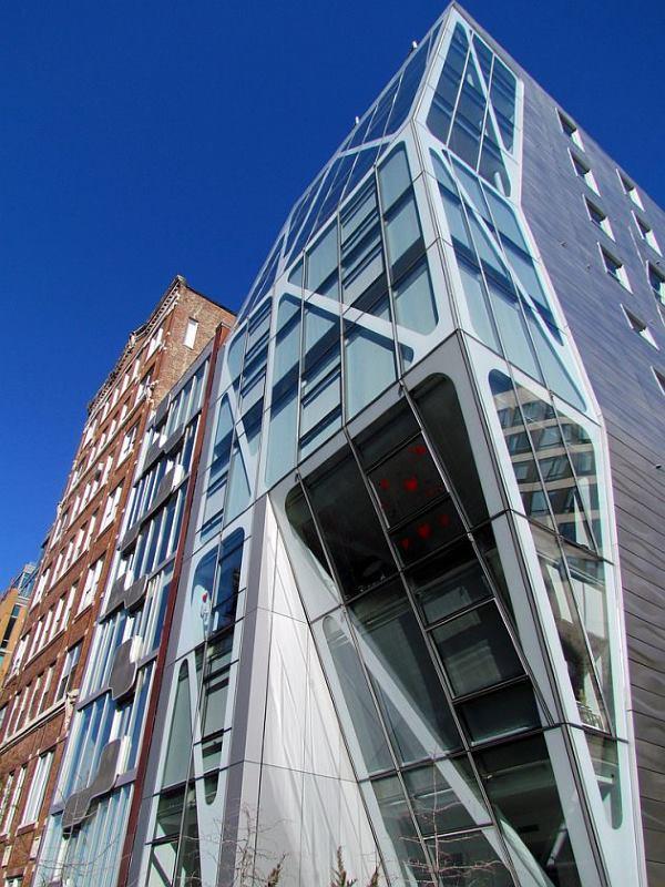 El diseño arquitectónico del voladizo potencia la imagen esbelta del edificio