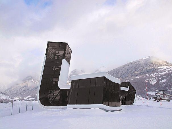 El diseño arquitectónico consiste en un único pasillo que adquiere múltiples formas.