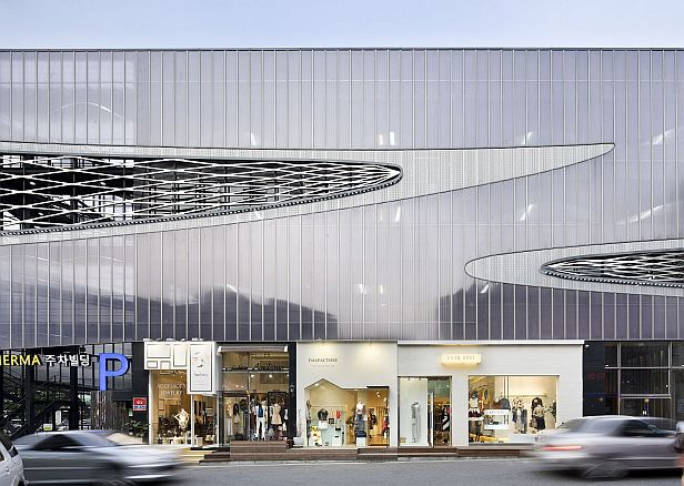 The architectural design of the parking emphasises the commercial area
