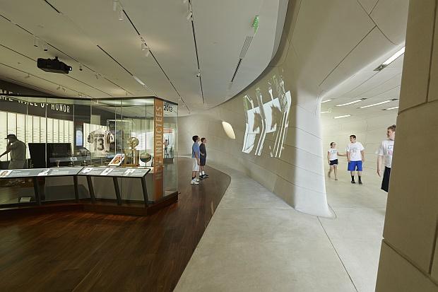 La exposición muestra la colección memorabilia deportiva y las tradiciones culturales