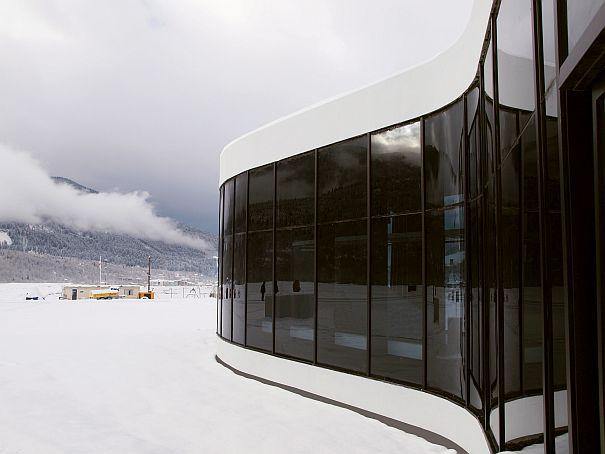 Los cristales son de color oscuro como protección del reflejo del sol en la nieve de la montaña