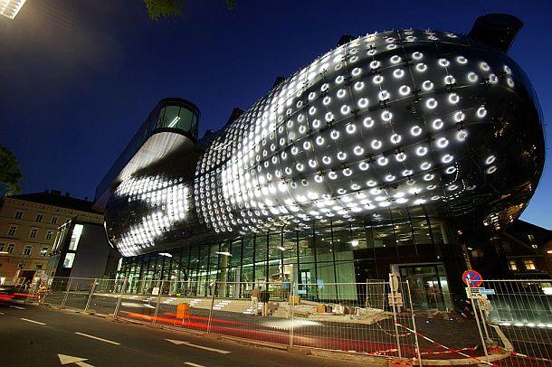 Las luces del revestimiento del Kunsthaus actúan como pixeles de una gigantesca pantalla de proyección
