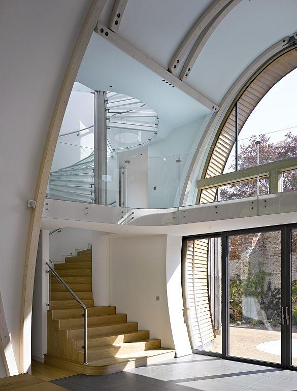 En la Torre Norte, una escalera circular conduce al puente que enlaza ambos lados del fudre y asciende al tejado ajardinado