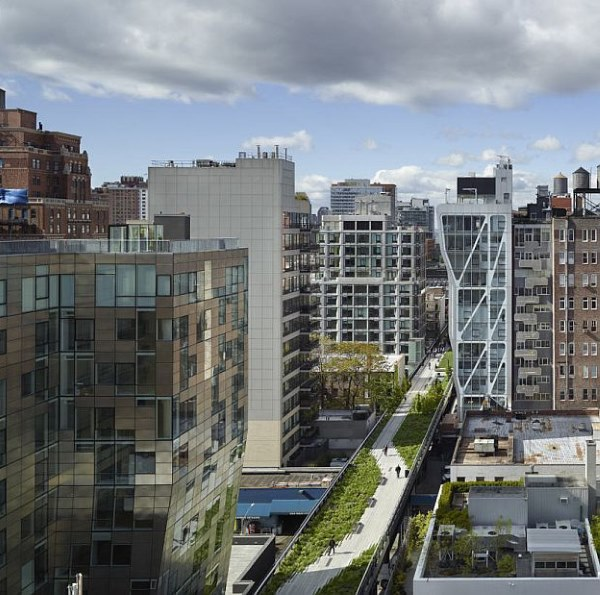 VisualARQ enjoys the building duality: a luxury condominium for residents and an interesting architecture for New York pedestrians