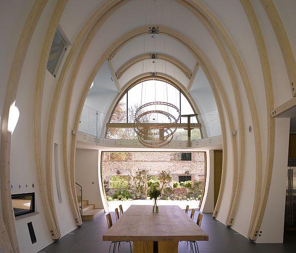 Un fudre de vino inspiró el diseño de la arquitectura de la pieza principal de la casa.